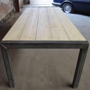 Tafel met steigerhouten planken blad en origineel stalen onderstel