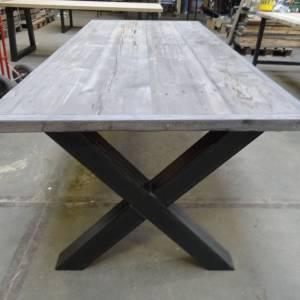 Tafel met verlijmd grenen Grey Wash blad en stalen kruis onderstel