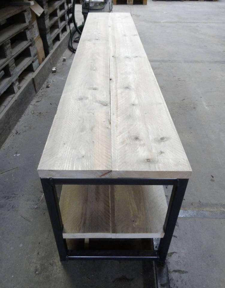 Tv meubel van steigerhout met een stalen frame for Steigerhout tv meubel