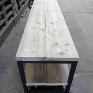 TV meubel van steigerhout met een stalen frame