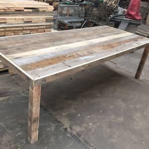 Tafel van sloophout met versteklijst en balken poten van sloophout
