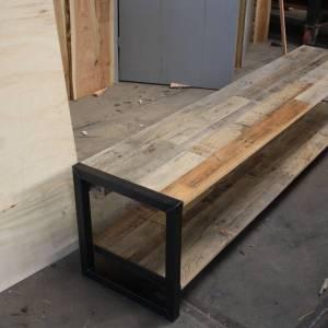 TV meubel van Eiken sloophout met een stalen frame