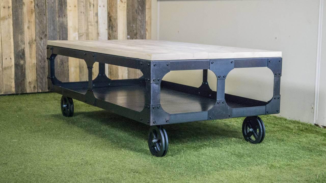 Industriele Tafel Sloophout.Industriele Salontafel Met Steigerhout Blad En Robuust Onderstel