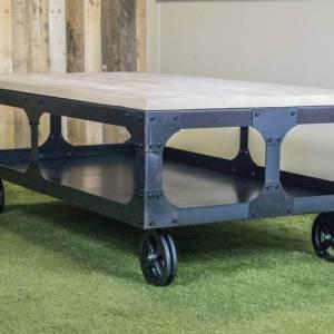 Industriële salontafel met steigerhout blad en robuust onderstel