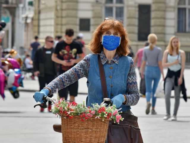 Svetovna zdravstvena organizacija poziva naj ljudje vendarle nosijo zaščitne maske