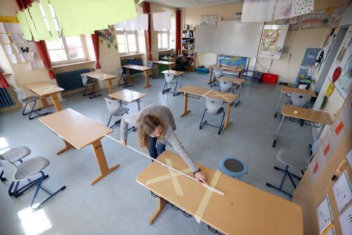 Od šol se pričakuje nemogoče, saj je velika večina dejavnosti organiziranih na način, da se učenci družijo, mešajo, sodelujejo in so lahko otroci.