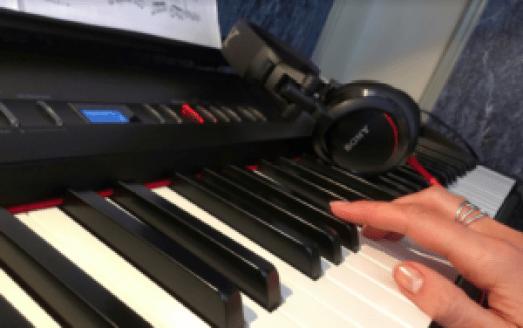 Eliška hraje na klavír