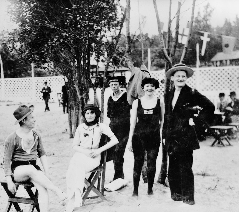 Happy faces in swimsuits at Hässelby Beach in 1913.