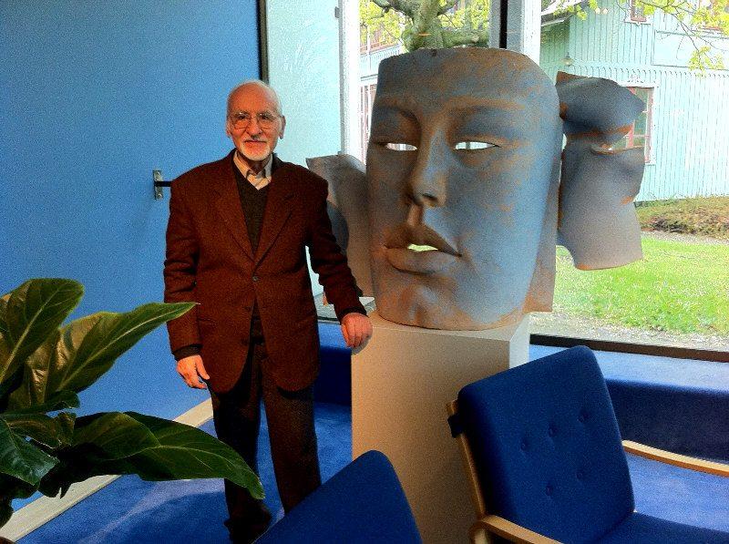 Vasil with a sculpture in Berwaldhallen