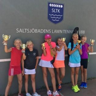 I FD11-13 vann Alva Sjöberg/Hedvig Fransson t.v. 2:a plats till Lykke Ihrfeldt/Ebba Wahl t.h. och i mitten 3:dje pristagarna Emma Kiw/Franka Lindström