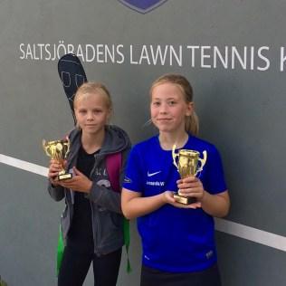 Amanda Wallerstedt t.h. vann klassen FS12 efter att i finalen besegrat Ebba Wahl