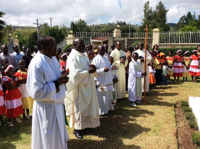 Ngong-VG-blesses-grave