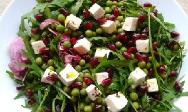 Салат із сиром фета, гранатом і зеленим горошком