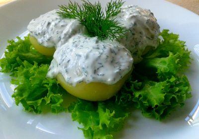 Молода картопля зі сметанно-часниковим соусом