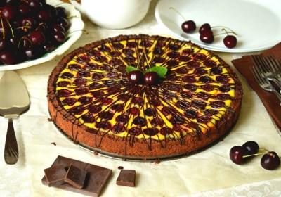 Пиріг із кремовою заливкою та чорними черешнями