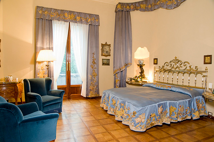 (above) This photo shows you the original decor of the couple who once slept here, Angelo Campiglio and Gigina Necchi. I much prefer the film's decor shown in the previous two photos. (photo by Giorgio Majno)