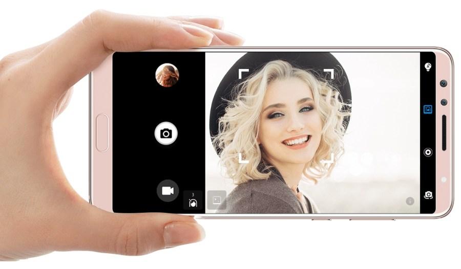 Render oficial del Huawei Nova 2S tomando una fotografía en modo apaisado.
