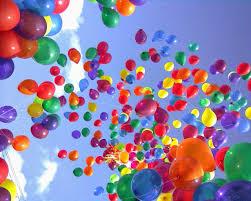 baloanele de petrecere, multicolore care plutesc pe cer