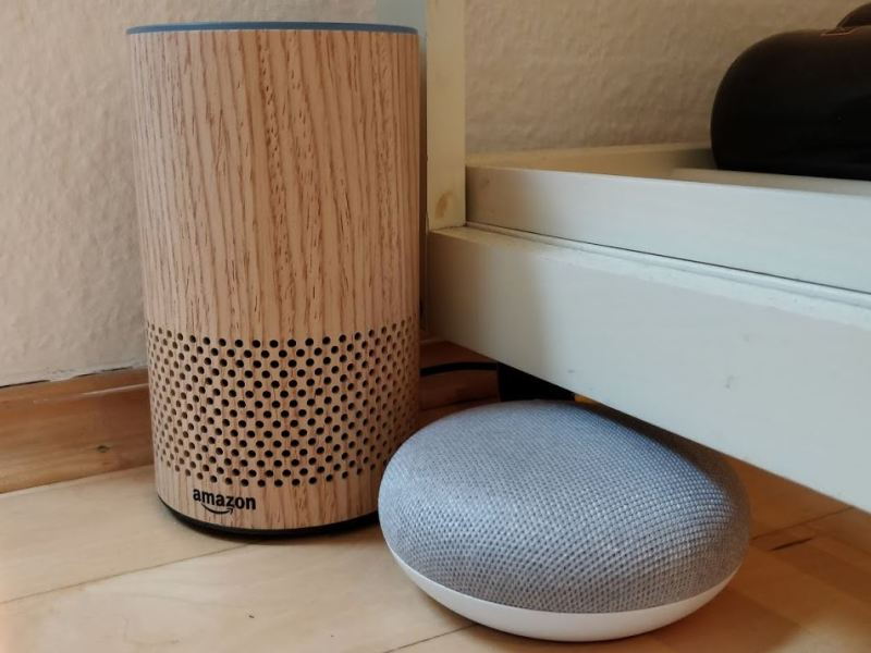 Amazon Echo neben Google Home