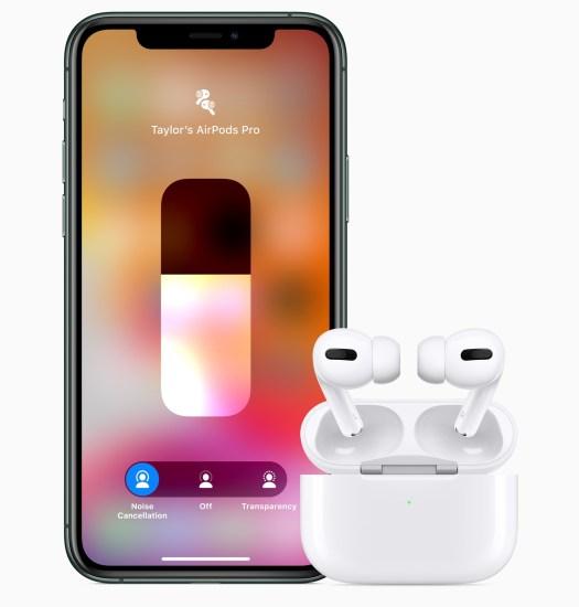 AirPods Pro i ladeetui, sammen med en iPhone 11
