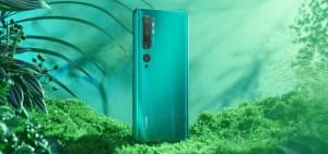 Baksiden av en grønn Xiaomi Mi Note 10, med fem kamerasensorer.
