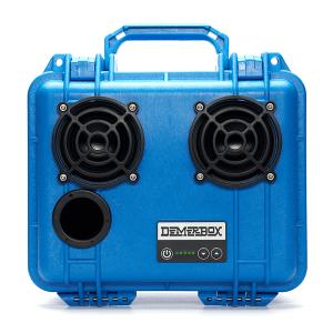 Blå høyttaler formet som en utstyrkasse med håndtak.