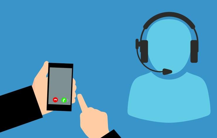 En figur med headset og mikrofon, og et par hender som trykker på en smarttelefon.