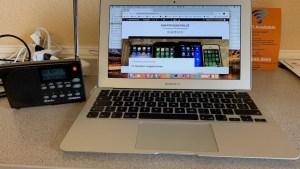 HD-Radio-Empfänger und MacBook Air (Foto: SmartPhoneFan.de)