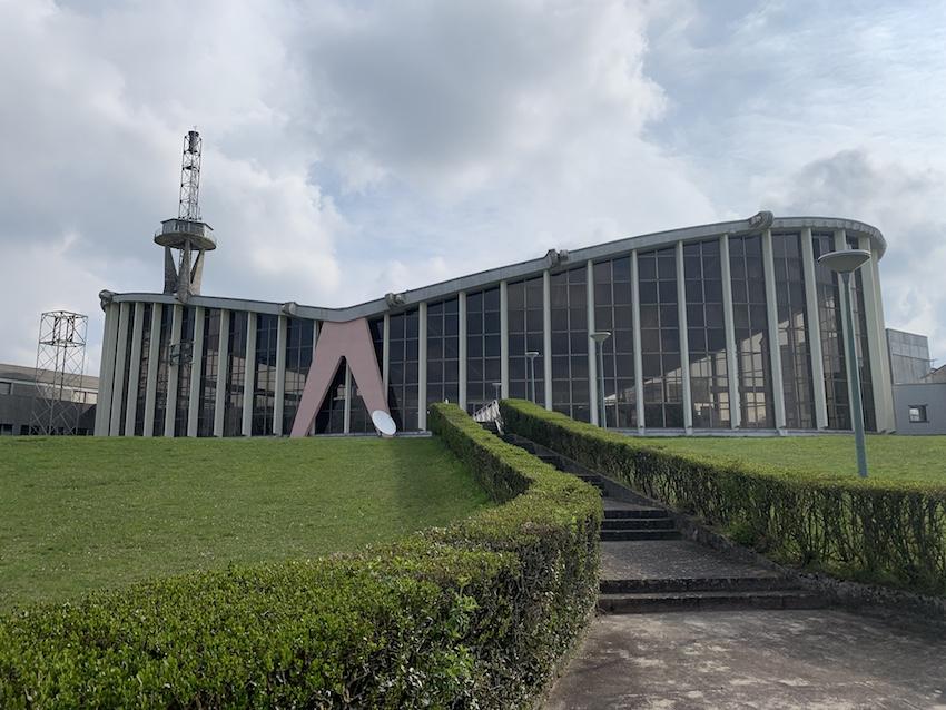 Architektonisch einzigartiges Betriebsgebäude des alten Europe-1-Senders (Foto: SmartPhoneFan.de)