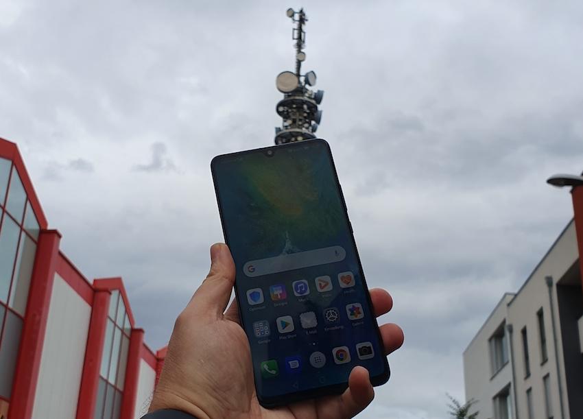 Huawei Mate 20 X 5G unter einer 5G-Funkzelle von Vodafone (Foto: SmartPhoneFan.de)