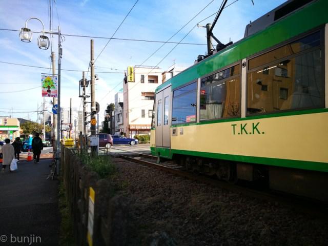 信号待ちする電車
