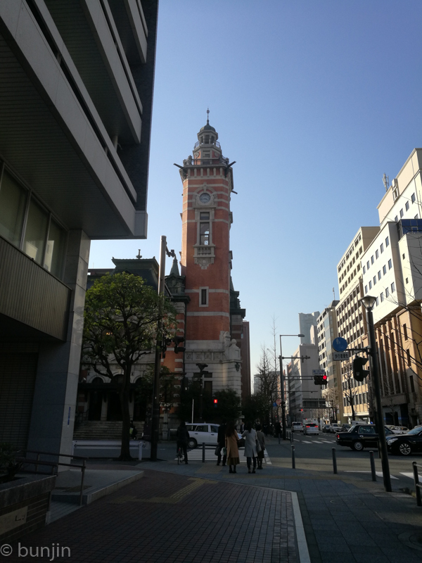 塔のある街角