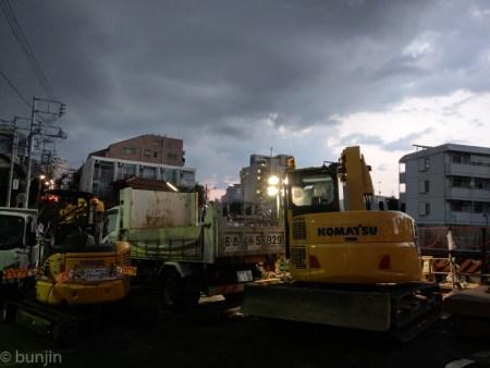 夕暮れの工事現場