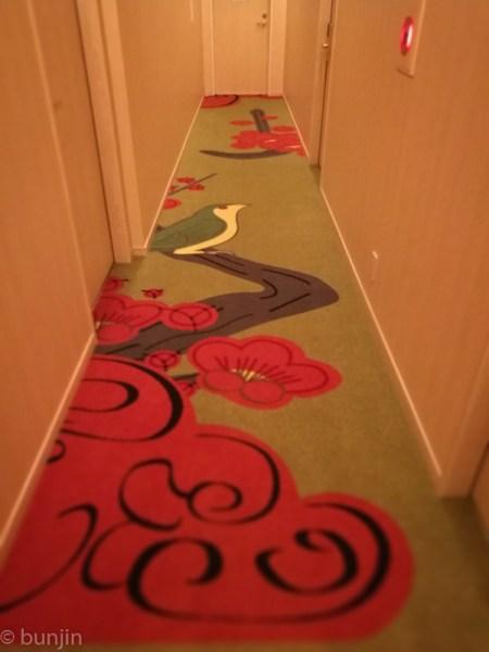 Corridor in the bush warbler