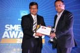 MR. ANIL JAIN, MANAGING DIRECTOR, PROGILITY TECHNOLOGIES GIVING AWARD THE AWARD OF BEST SCANNER TO FUJITSU INDIA