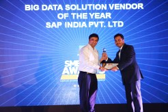 MR. KAMAN CHAULA, COUNTRY CATEGORY MANAGER VOLUME LASERS, HP INDIA SALES PVT. LTD IS GIVING THE AWARD OF THE BEST BIG DATA VENDOR TO SAP INDIA