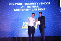 MR. KAMAN CHAULA, COUNTRY CATEGORY MANAGER VOLUME LASERS, HP INDIA SALES PVT. LTD IS GIVING THE AWARD OF THE BEST END POINT SECURITY TO KASPERSKY LAB INDIA