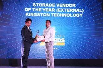 MR. SANJIB MOHAPATA GIVING AWAY OF THE AWARD OF BEST ETERNAL STORAGE TO KINGSTON TECHNOLOGY