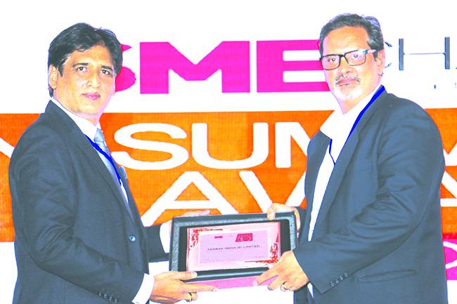 SANIB MOHAPATRA, PUBLISHER, SME CHANNELS GIVING AWAY SUPER50 AWARD TO TAARAK INDIA PVT LTD