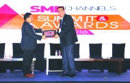 SANJAY MOHAPATRA OF SME CHANNELS GIVING AWAY SUPER50 AWARD TO QUANTM LTD