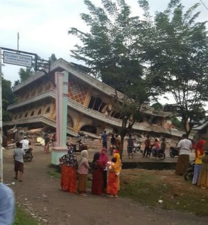 A collapsed building in Pidie Jaya.