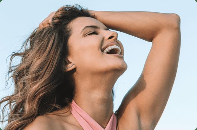 Mulher sorrindo usando aparelho transparente