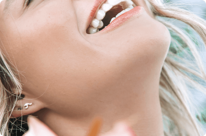 sorriso com aparelho invisivel