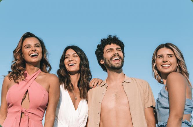 grupo de amigos sorrindo usando o aparelho invisível