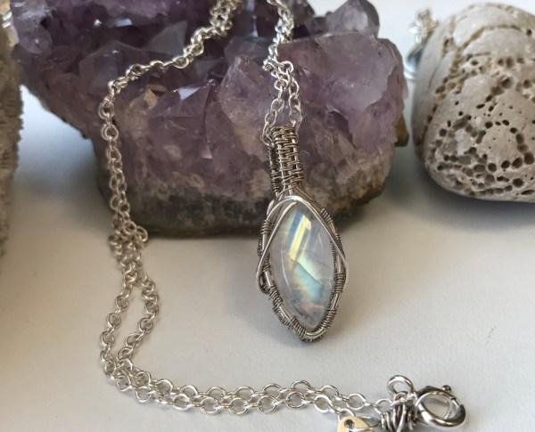 Sirlig sølvhalskæde med regnbuemånesten
