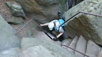 het laatste stuk van de beklimming heet 'het oog van de naald'. Je past er ook maar net door,