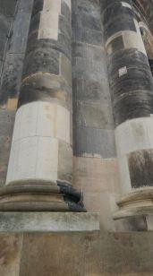 De puzzelstukjes waaraan je kunt zien hoe de kerk weer is opgebouwd.