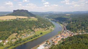 Uitzicht vanaf de Festung. Links zie je Lilienstein (die we gisteren hebben beklommen. Je ziet het voetveer over de Elbe. Ons hotel ligt daar precies aan. Op de linker-oever dus