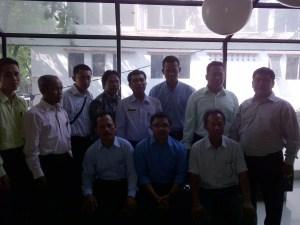 Drs. Tumijan (duduk paling kiri), berpose bersama jajaran pimpinan PT AISIN INDONESIA dan rombongan BKK dari sekolah lain.