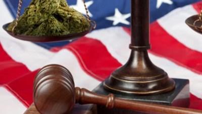 martelo juiz balanca bandeira eua Nova Jersey (EUA) elimina mais de 360 mil registros criminais de casos de maconha